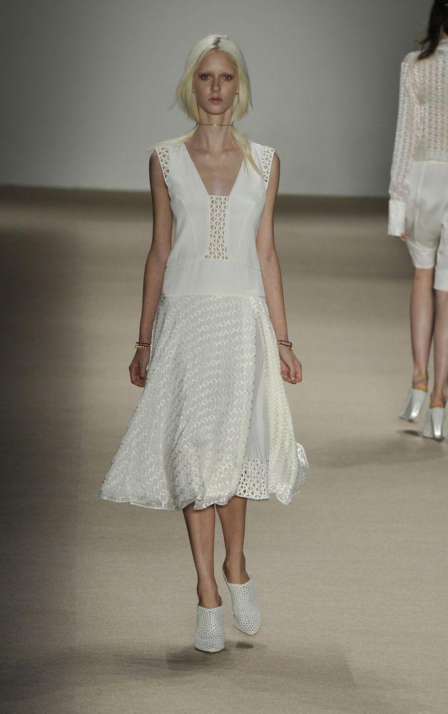 novata Giuliana Romano - tecidos pefurados, decote e saia mid