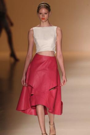 Patricia Vieira - couro, cropped top, saia assimetrica